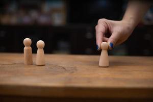 pessoa brincando com estatuetas de madeira