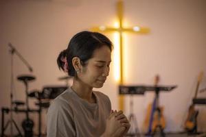 mulher orando em uma igreja foto