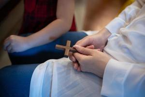 pessoa segurando uma cruz de madeira foto