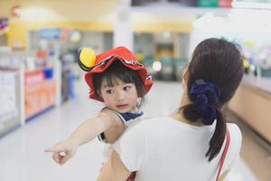 mãe e filho em um supermercado foto