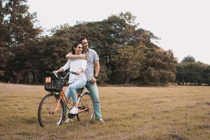 casal posando de bicicleta