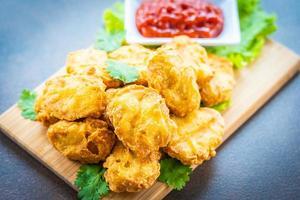 nuggets de frango frito com ketchup foto