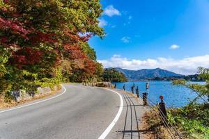 estrada no lago kawaguchiko, yamanashi japão foto