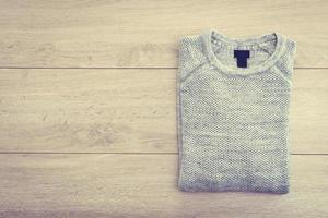 suéter com fundo de madeira