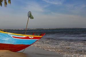 barco de pesca na praia no vietnã foto