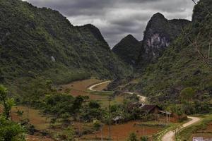 estrada clara e sinuosa abaixo das colinas em ha quang, cao bang, vietnã