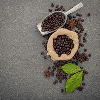 grãos de café torrados escuros em fundo de pedra