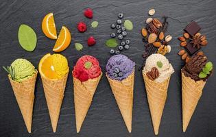 sorvetes e coberturas na horizontal foto