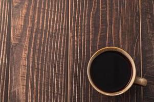 xícara de café em uma mesa de madeira foto