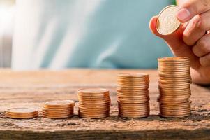 Gráfico de crescimento da pilha de moedas de dinheiro com luz do sol