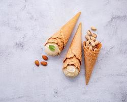 sorvete de pistache e baunilha em um fundo cinza claro