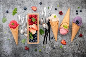 vista superior de sorvete e frutas vermelhas