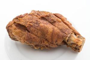 Joelho de porco alemão crocante em fundo branco foto