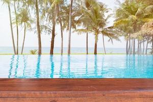 mesa de madeira vazia em uma piscina com o fundo do mar foto