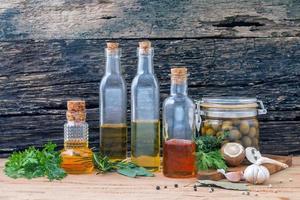 óleos de cozinha e ingredientes frescos foto