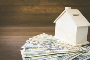 modelo de dinheiro e casa em um fundo de madeira, finanças e conceito bancário