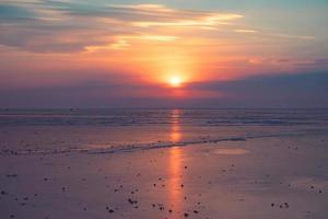 Pôr do sol nublado colorido sobre a baía de Amur em Vladivostok, Rússia foto