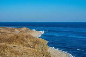 paisagem marinha de um corpo de água com costa em vladivostok, Rússia foto
