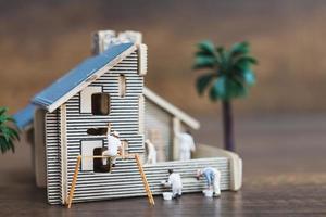 trabalhadores em miniatura pintando uma nova casa, conceito de renovação