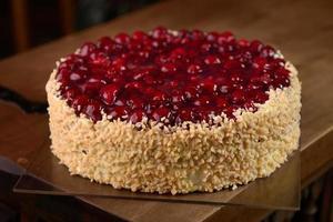 bolo de framboesa com nozes na mesa de madeira foto