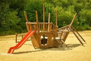 parque infantil moderno equipado em um dia ensolarado foto