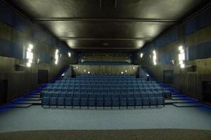 poltronas azuis confortáveis vazias no cinema vazio foto