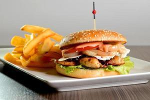 hambúrguer com batata frita foto