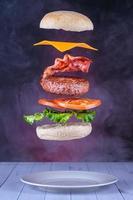 hambúrguer flutuante com bacon e queijo