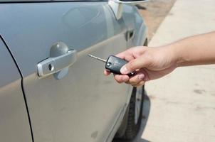 mão segurando as chaves do carro