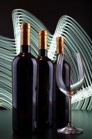 garrafas de vinho e copo com fundo de linhas brancas