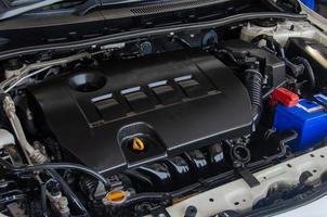 close-up de um detalhe do motor de um carro foto