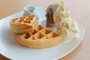 sorvete e waffles foto