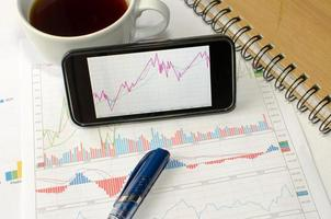 gráficos de linha em um telefone foto