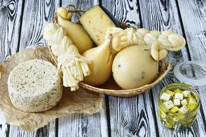 diferentes tipos de queijos em um fundo de madeira foto