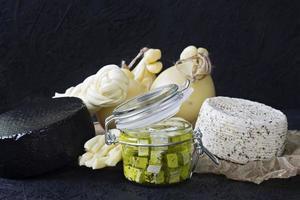 diferentes tipos de queijo em um fundo preto foto
