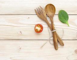 tomate e manjericão com utensílios de madeira foto