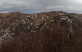 montanhas despojadas de sua vegetação após um incêndio foto