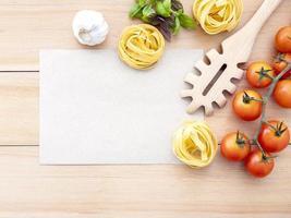 comida italiana fresca com maquete de menu foto