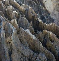 rochas cársticas pontiagudas na costa asturiana foto