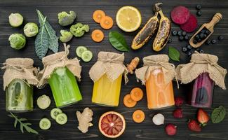 vegetais frescos e sucos de frutas foto