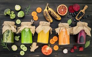 vegetais coloridos e sucos de frutas