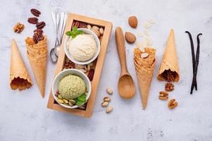 vista superior do sorvete de pistache e baunilha