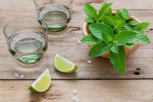 copos com limão e hortelã foto