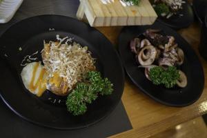 prato de comida fusion japonesa-tailandesa foto