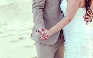 noiva e noivo em uma praia tropical