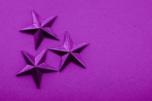 fundo texturizado com decoração estrela roxa