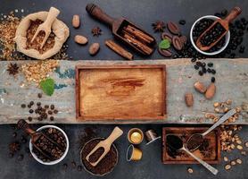 café torrado e caixa de madeira rústica