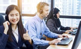 trabalhadores de call center em grupo em um escritório moderno foto