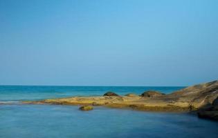 paisagem de praia tropical, lindas rochas e céu azul foto