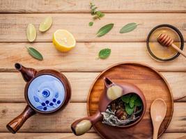 vista superior de um jogo de chá de ervas
